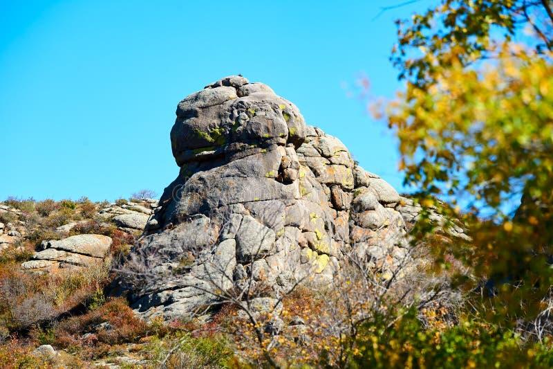 De megaliet en de herfstbladeren royalty-vrije stock afbeeldingen