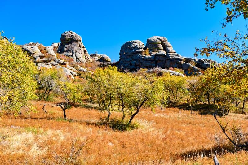 De megaliet en de herfstbomen royalty-vrije stock foto