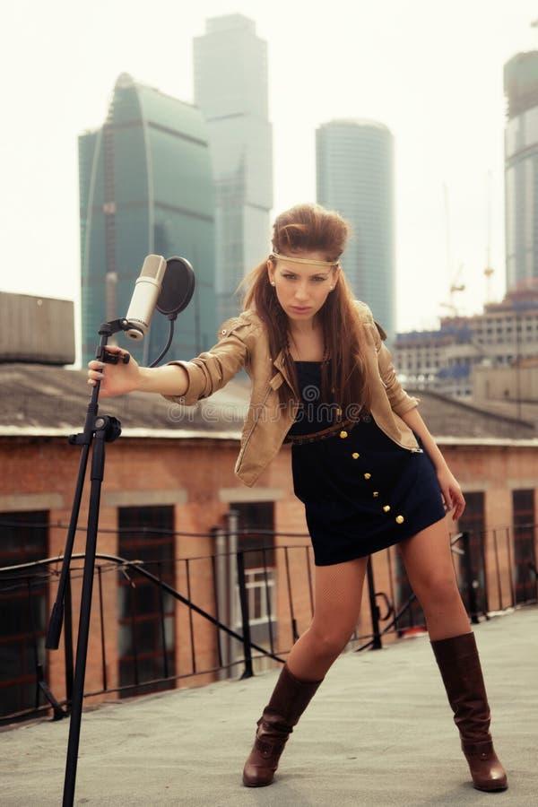 De meisje-musicus op een dak royalty-vrije stock afbeelding