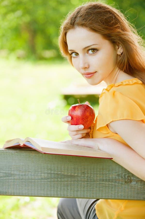 De meisje-student las het boek stock afbeelding