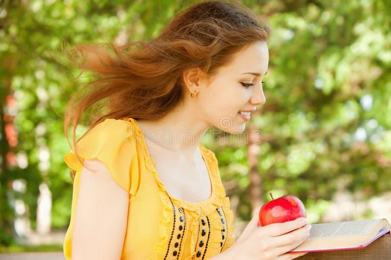 De meisje-student las het boek stock foto