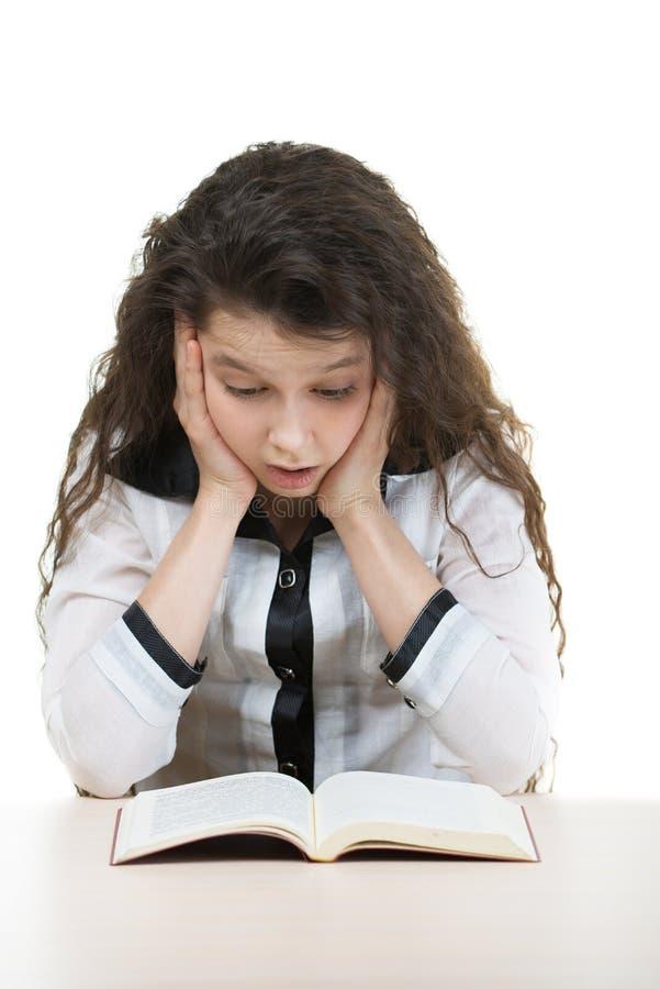 De meisje-student leest boek stock foto's