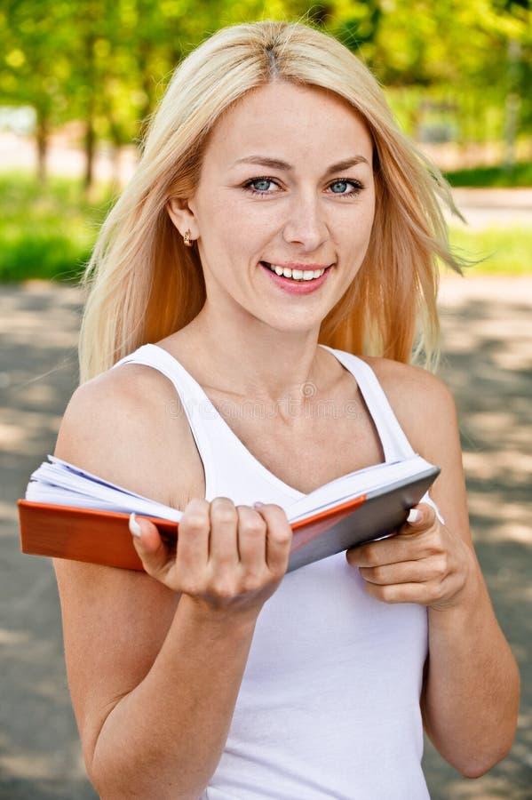 De meisje-student leest handboek stock afbeeldingen