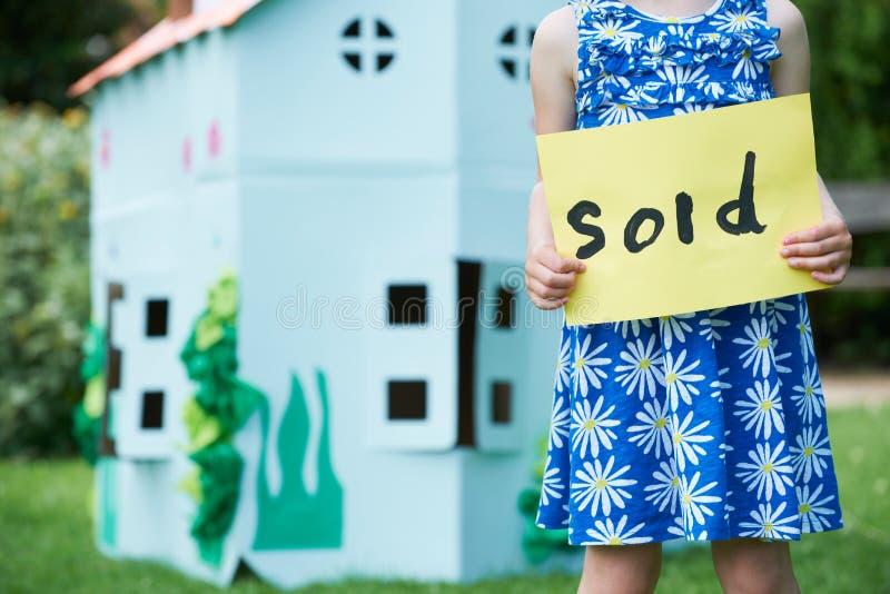 De meisjeholding verkocht Theater van het Teken het Buitenkarton royalty-vrije stock afbeelding