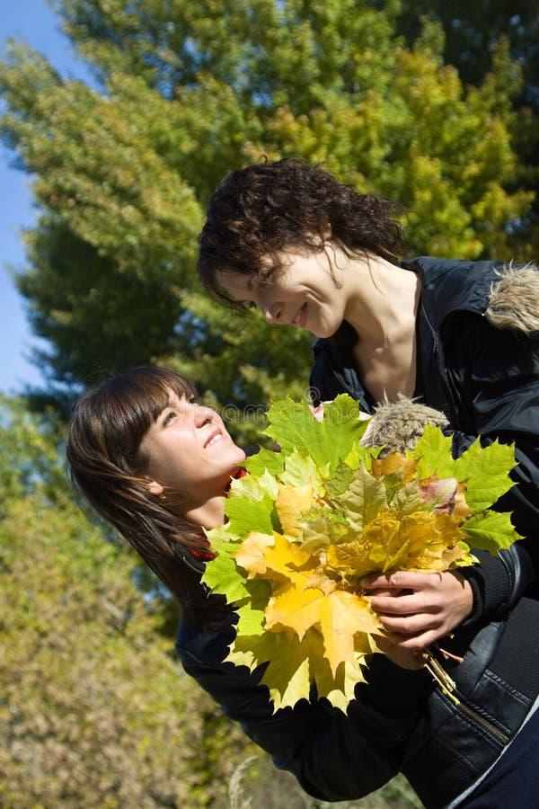 De meisjes in de herfst parkeren royalty-vrije stock afbeelding