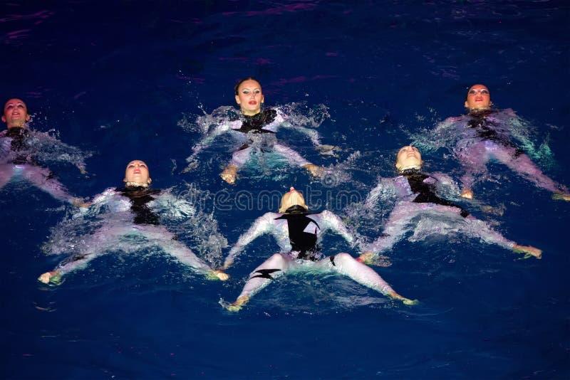 De meisjes in de originele zwempakken in pool royalty-vrije stock fotografie