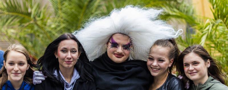De meisjes die een foto met een meisje nemen kleedden zich als non van de belemmeringskoningin bij Christopher Street Day-CDD in  stock foto