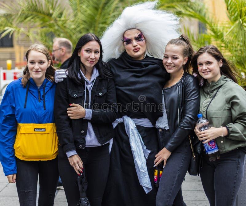 De meisjes die een foto met een meisje nemen kleedden zich als non van de belemmeringskoningin bij Christopher Street Day-CDD in  stock afbeeldingen