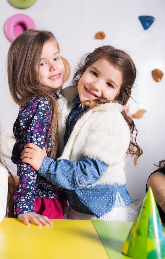 De meisjes die in een speelkamer stellen royalty-vrije stock foto's