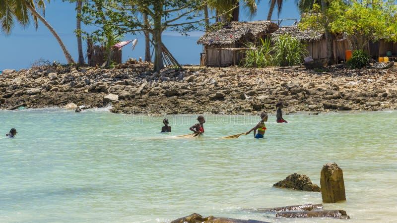 De meisjes die van Madagascar in Bemoeizieke Iranja, Madagascar vissen royalty-vrije stock fotografie