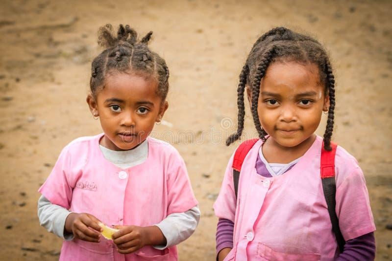 De meisjes die van Madagascar uit school komen royalty-vrije stock fotografie