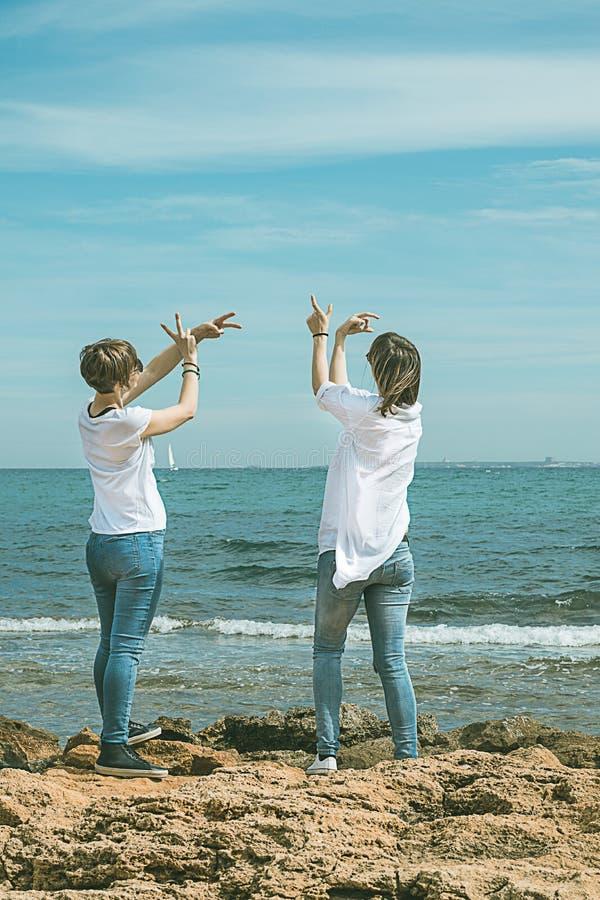 De meisjes die yoga uitoefenen stelt op het strand Gezonde Levensstijl royalty-vrije stock afbeelding