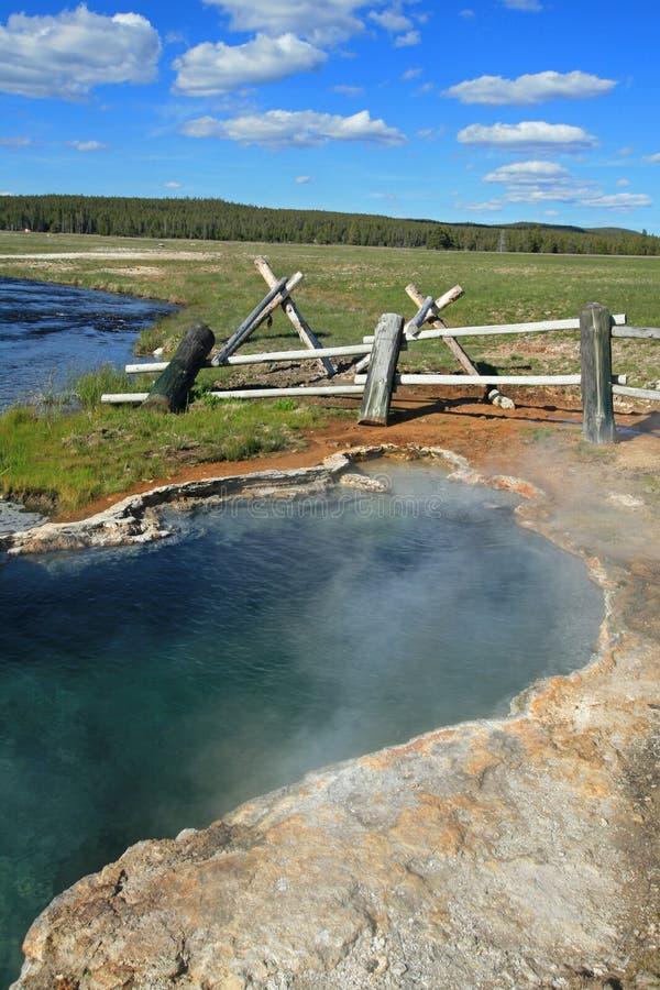 De meisjes Ernstige Hete Lente die in de Firehole-Rivier in het Nationale Park van Yellowstone in Wyoming de V.S. stromen royalty-vrije stock fotografie