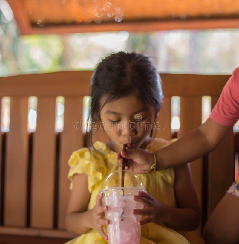 De meisjes eten heerlijk roomijs stock foto