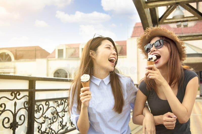 de meisjes genieten roomijs en de zomer van vakanties royalty-vrije stock afbeelding