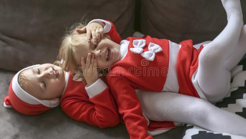 De meisjes, kleedden zich voor Santa Claus royalty-vrije stock fotografie