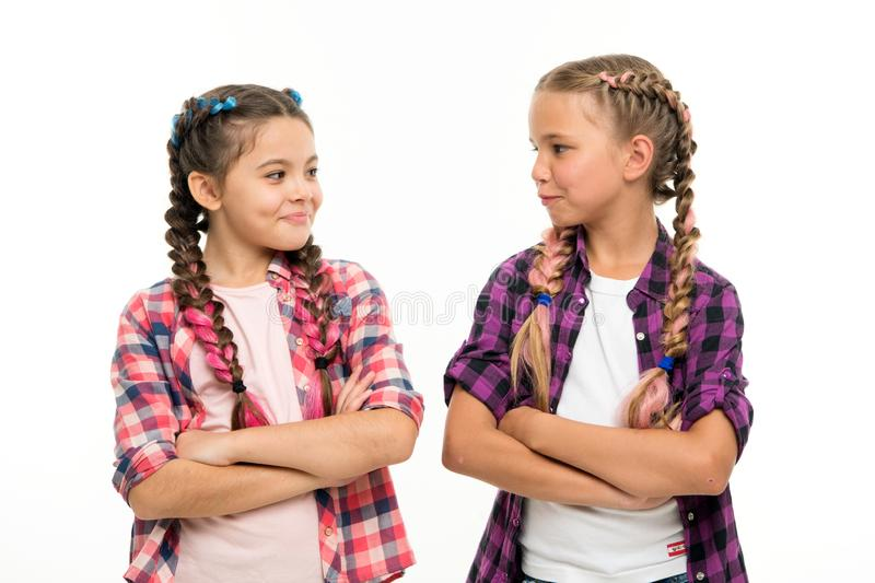 De meisjes koelen zekere zusters met gevouwen wapens Van het vriendschapssteun en vertrouwen Zusterschapdoelstellingen Samen geïs royalty-vrije stock foto's