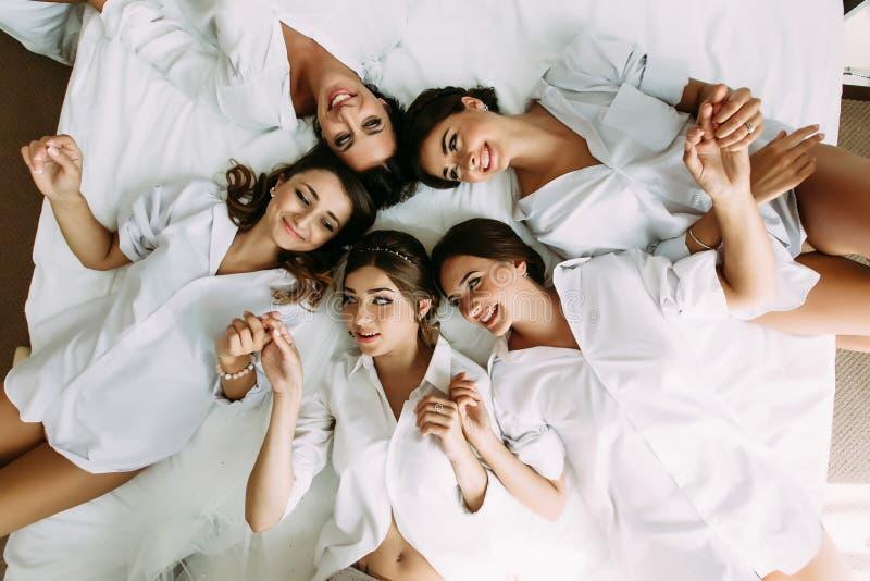 De meisjes met een bruid liggen in de cirkel stock foto's