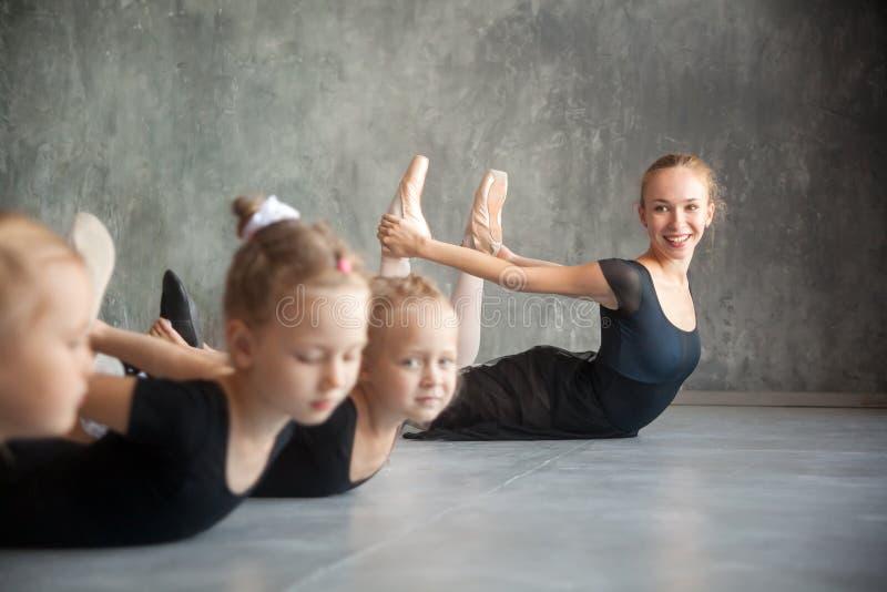 De meisjes rekken zich vóór een ballet uit royalty-vrije stock foto