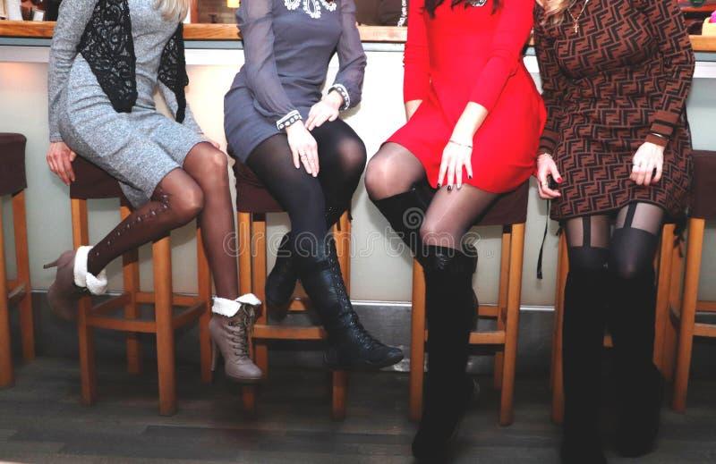 De meisjes rusten op een vrijgezellinpartij benenclose-up stock foto's
