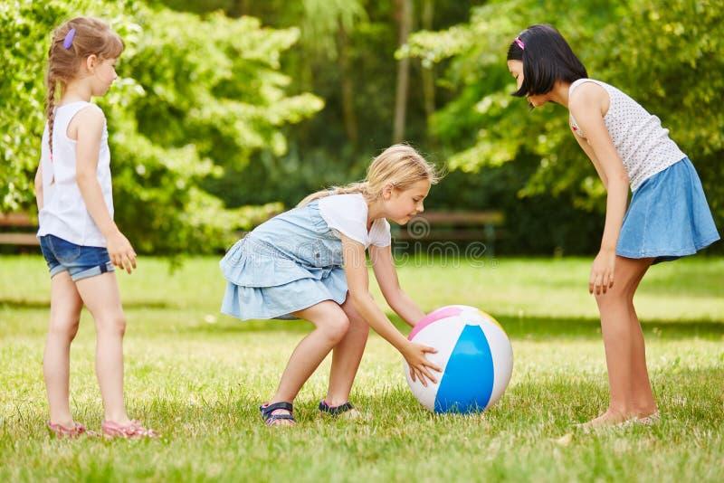 De meisjes spelen samen met bal stock fotografie
