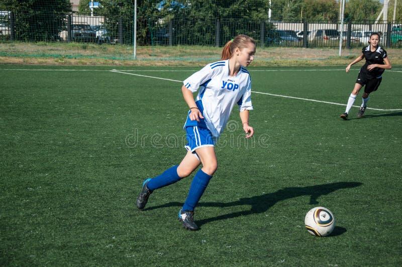 De meisjes spelen voetbal royalty-vrije stock fotografie