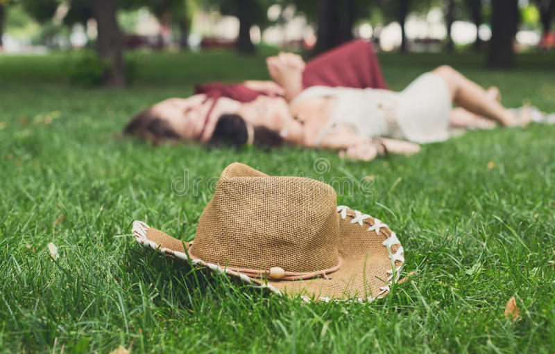 De meisjes unfocused ontspannen in de zomerpark, de jonge vrije tijd van hippievrienden royalty-vrije stock foto