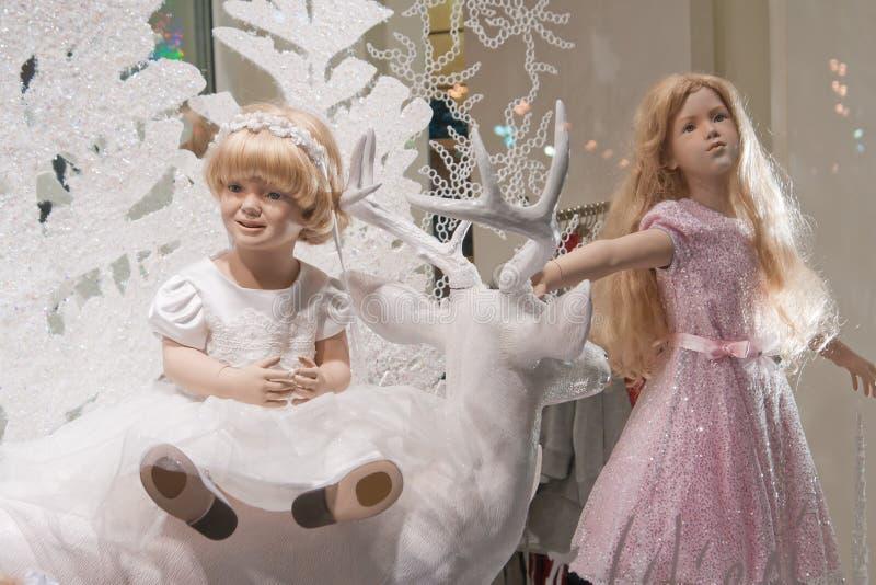 De meisjes van de fee in winkelvenster stock fotografie