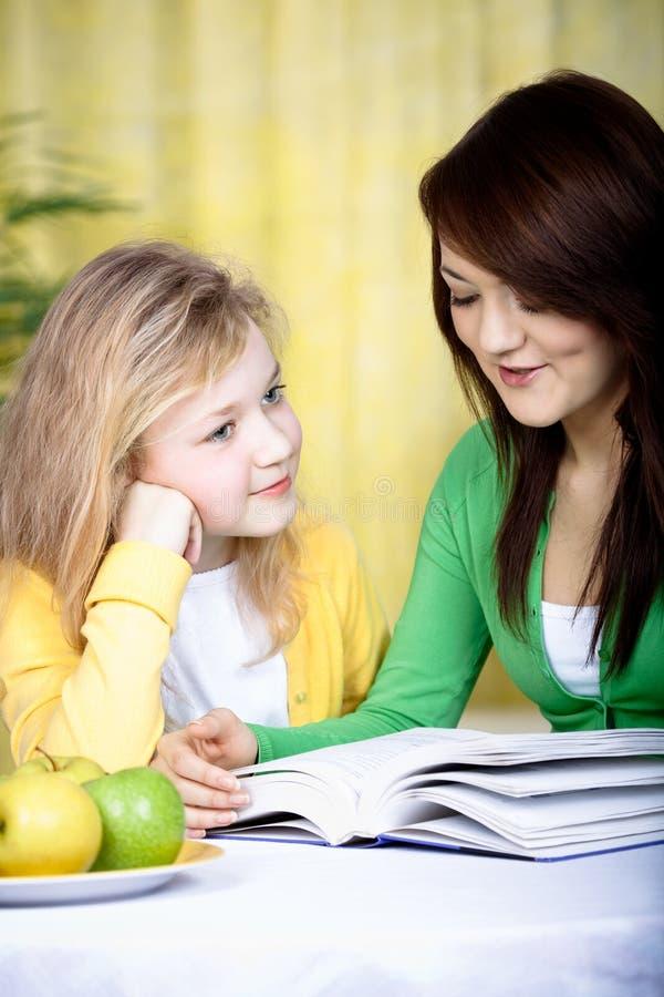 De meisjes van de lezing stock fotografie