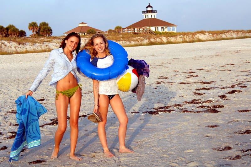 De meisjes van de tiener bij strand stock fotografie