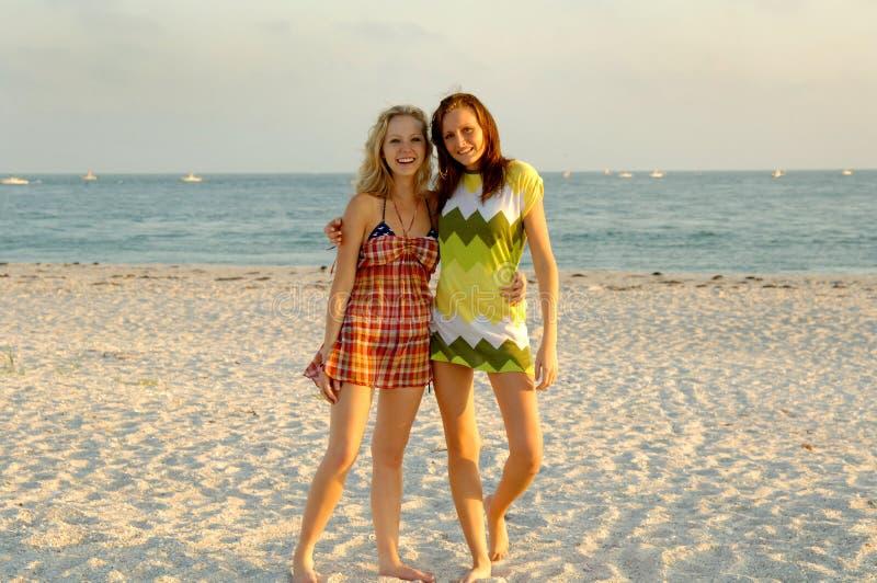 De meisjes van de tiener bij strand stock afbeelding