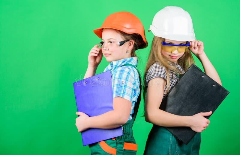 De meisjes van initiatiefkinderen verstrekken vernieuwing hun ruimte groene achtergrond Kinderverzorging Vernieuwingsplan De Rol  stock afbeeldingen