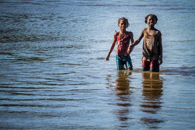 De meisjes van Madagascar in een rivier royalty-vrije stock afbeeldingen
