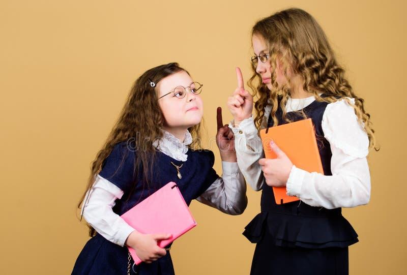 De meisjes van de roddel hometwork samen Kleine meisjes met document omslag notitieboekje voor agendanota's studieles Beste Vrien stock afbeeldingen