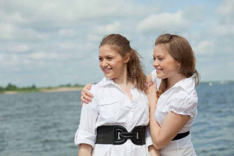 De meisjes van tweelingen royalty-vrije stock afbeeldingen