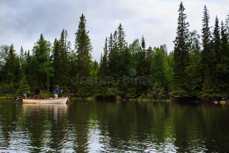 De meisjes vliegen visserij van de boot stock afbeelding