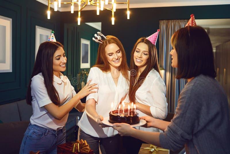 De meisjes wensen met cake r een verjaardagspartij geluk stock afbeelding