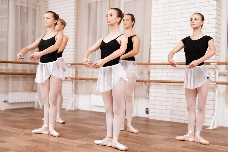 De meisjesballetdansers repeteren in balletklasse stock afbeelding