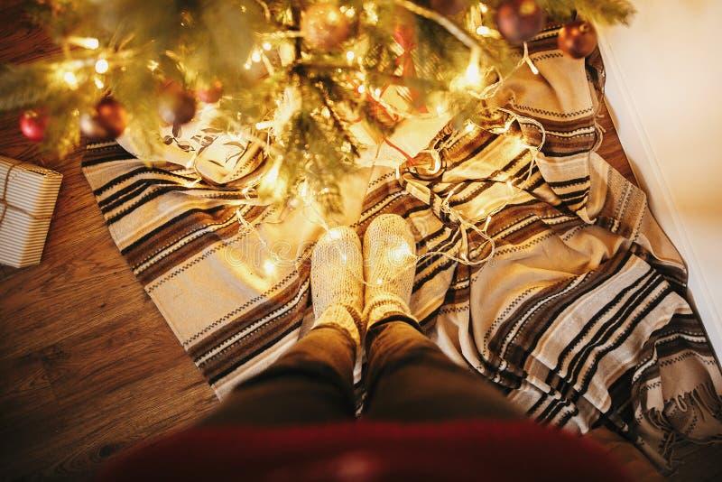 De meisjesbenen in modieuze warme sok die zich met slinger bevinden steekt unde aan royalty-vrije stock foto