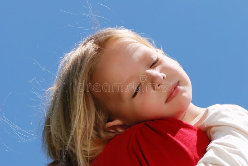 De meisjeslaap op een schouder bij moeder royalty-vrije stock afbeeldingen