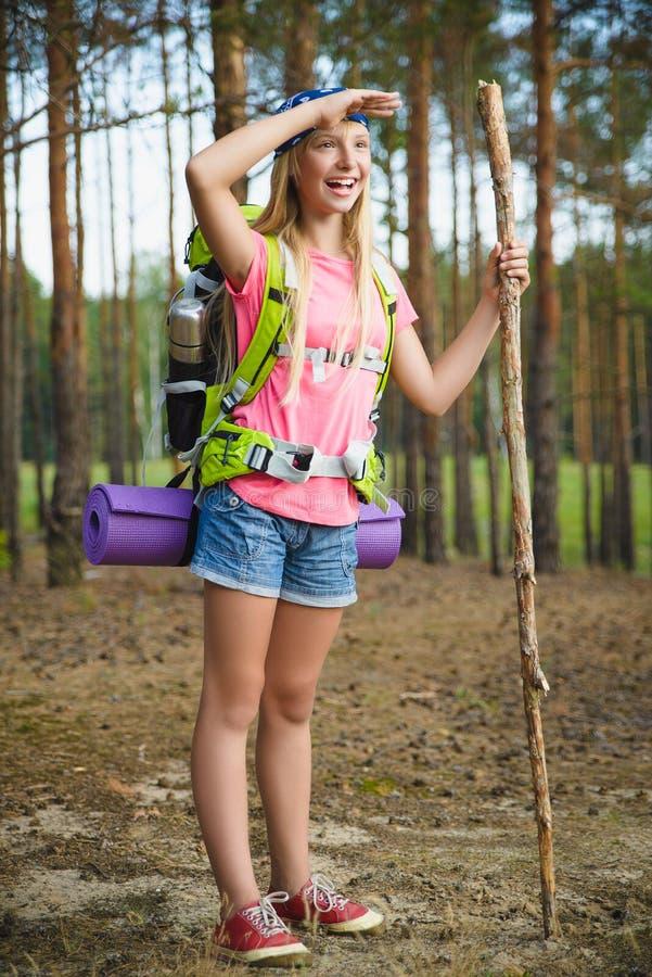 De meisjesreiziger met rugzak onderzoekt afstand Het concept van de reis en van het toerisme royalty-vrije stock fotografie
