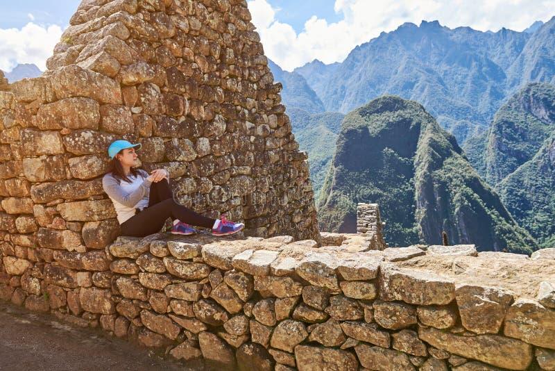 De meisjesreiziger zit in Machu Picchu stock afbeelding