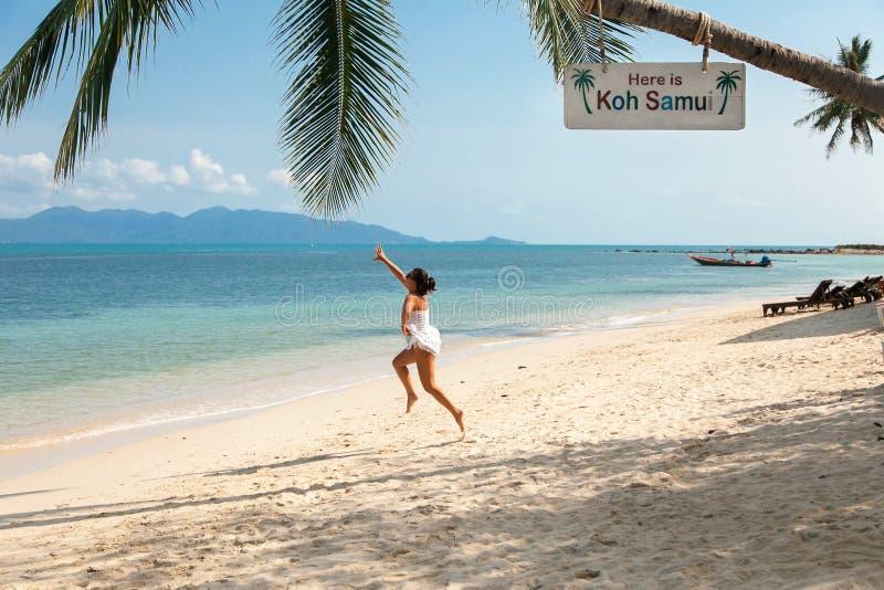 De meisjessprongen aan de palmen royalty-vrije stock foto