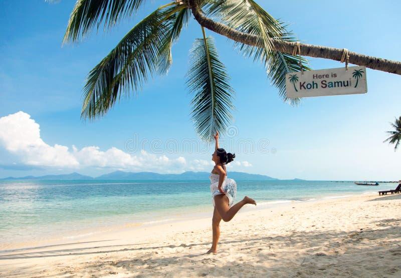 De meisjessprongen aan de palmen royalty-vrije stock afbeeldingen