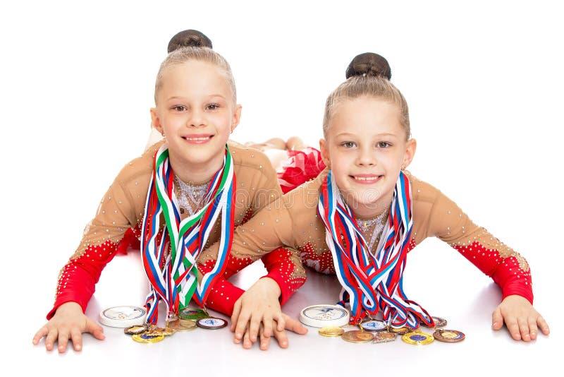 De meisjesturners tonen medailles stock afbeeldingen