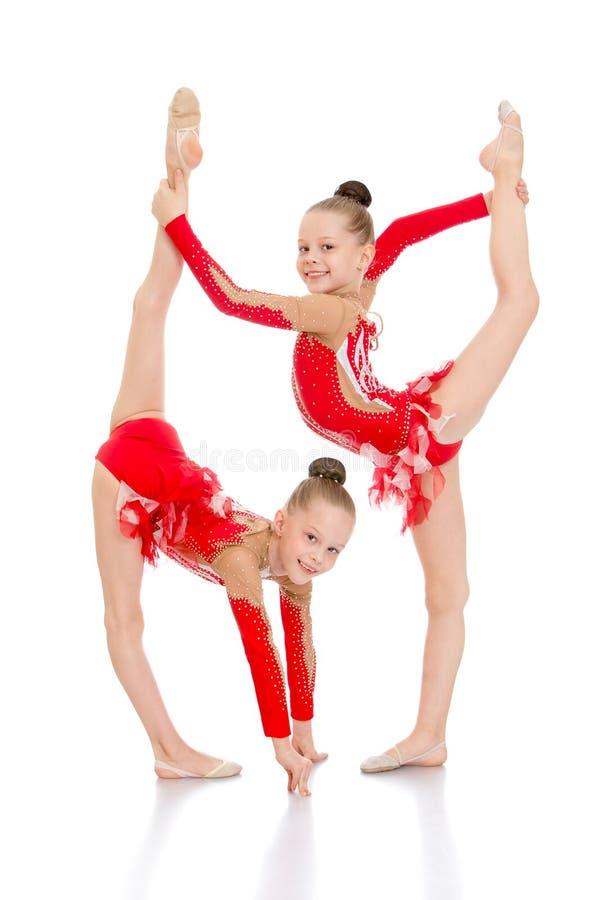 De meisjesturners voeren een mooi element uit stock fotografie