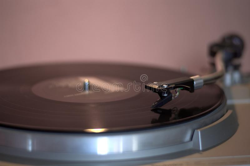 De melancholie van oude draaischijven en de melodie van vinyl met een jazzlied stock afbeeldingen
