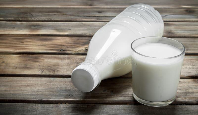 de melk in de fles stock afbeelding