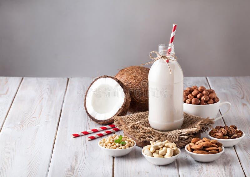 De melk van de veganistnoot in de fles stock afbeeldingen