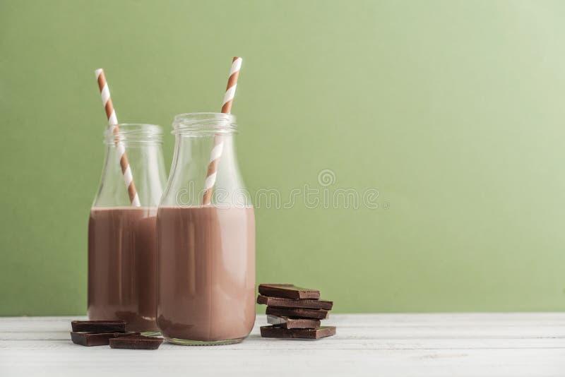 De melk van de twee flessenchocolade stock afbeelding